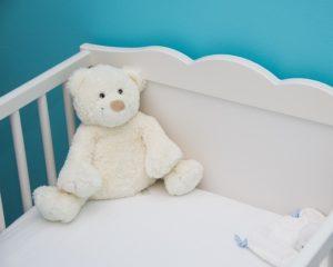 עריסת תינוק בחדר ההורים