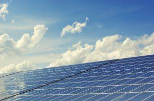 האם השקעה בלוחות סולאריים כדאית להורים צעירים?